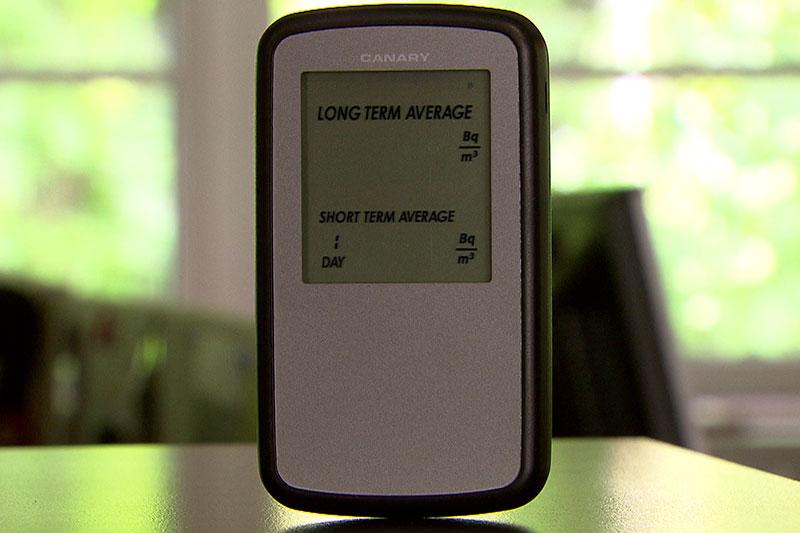 Radon Messgerät auf Tisch