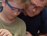 Vater und Sohn mit Schutzbrille