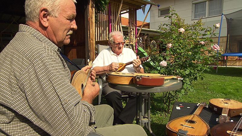 Paul und Mirko Berlakovich spielenTamburizza