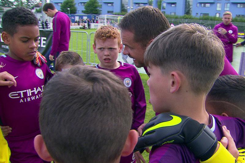 U9 Nachwuchsmannschaft von Manchester City bei Teambesprechung