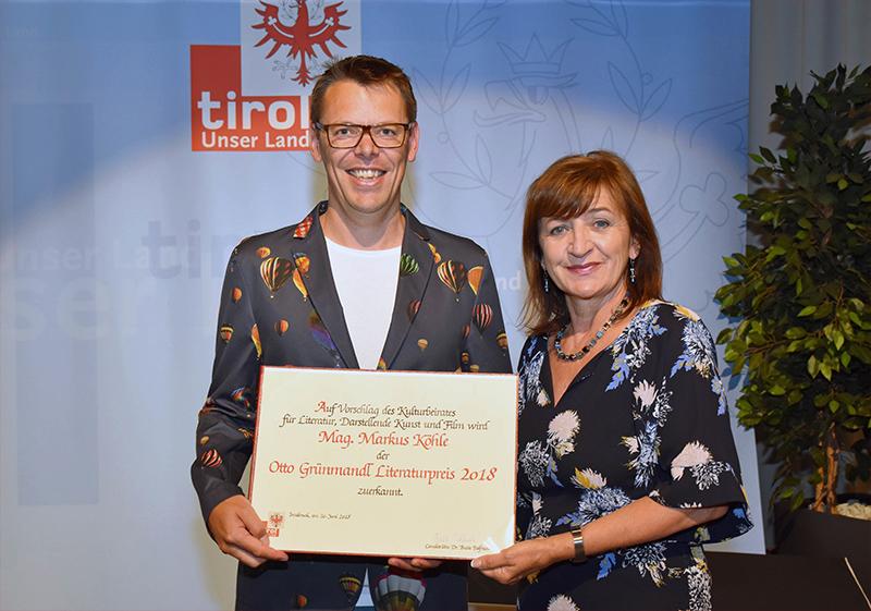 Bildungslandesrätin Beate Palfrader mit dem Preisträger Markus Köhle