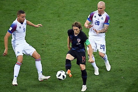 Mittefeld-Fußballer Luka Modrić (Kroatien) gegen Verteidiger Sverrir Ingason von Island im Spiel der Gruppe D in der russischen Rostov-Arena, 26.6.2018