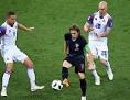Mittefeld-Fußballer Luka Modrić (Kroatien) gegen Verteidiger Sverrir Ingason (hinten) von Island im Spiel der Gruppe D in der russischen Rostov-Arena, 26.6.2018
