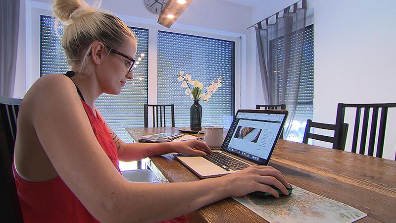 Frau am Computer, Julia Baumgarten