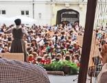 Harfe und Kinder im Hofburg-Innenhof
