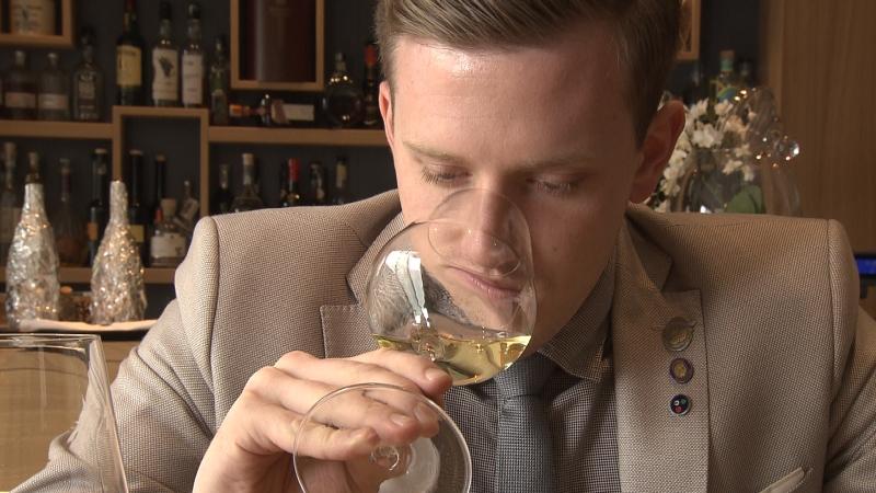 Eros Teboni mit einem Glas Weißwein
