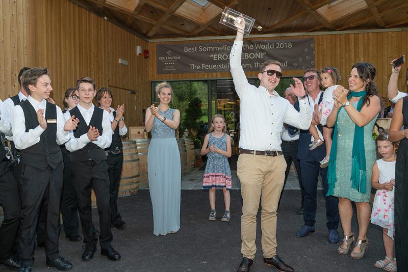 Eros Teboni bei der Feier seines Preises mit Arbeitskollegen und Familie des Hotels