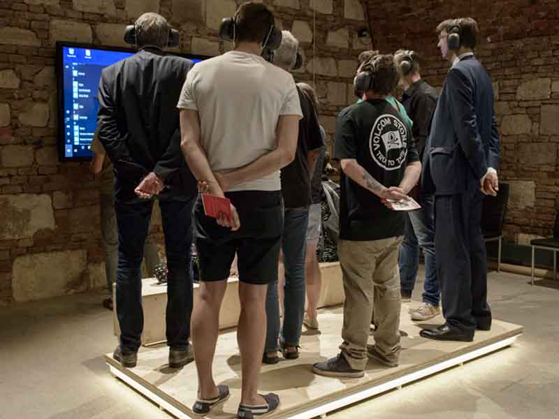 Männer schauen auf Bildschirm