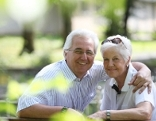 Ein jung gebliebenes Paar auf der Bank
