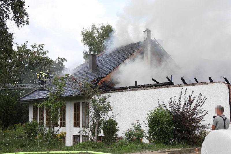 Feuerwehren bei Bauernhofbrand