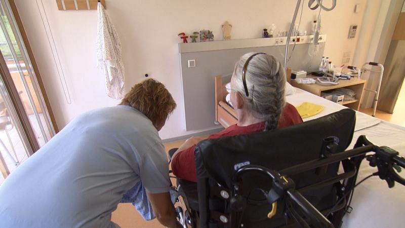 Altenpflegerin im Seniorenwohnheim bei der Arbeit