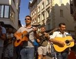 Sinti ziehen musizierend und protestierend durch Bozen
