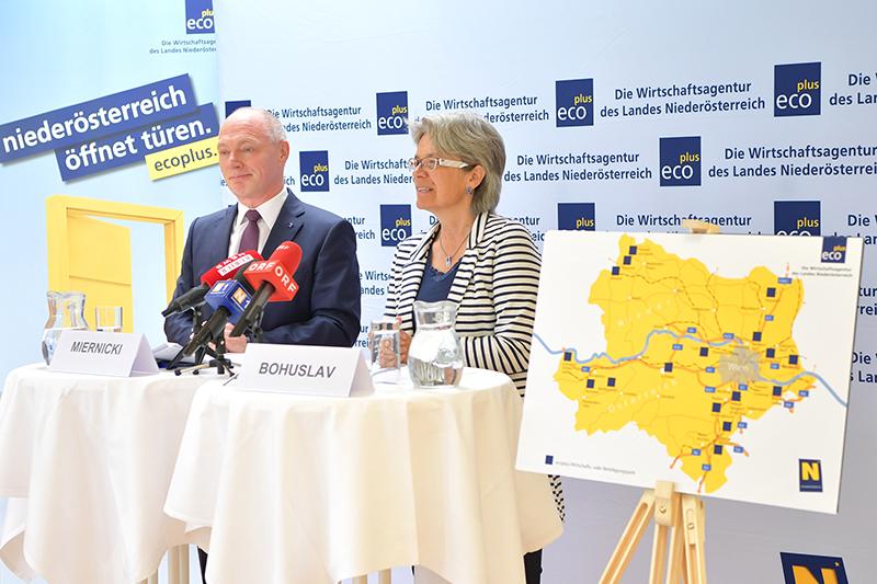 Wirtschafts-Landesrätin Petra Bohuslav und ecoplus-Geschäftsführer Helmut Miernicki