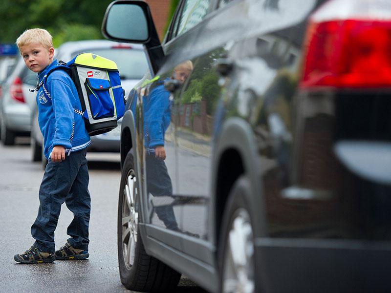 Schulkind vor Auto