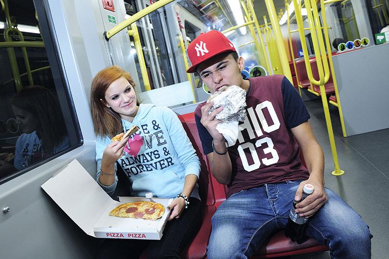 Essen in der U-Bahn