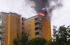 Brand am Dach eines Wohnhauses
