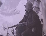 Soldat mit Gewehr in der Hand im Schnee