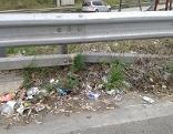 Müll am Straßenrand von Autobahnen und Schnellstraßen