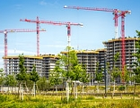 Baukräne und Rohbauten