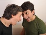 Zwei junge Männer schreien sich an
