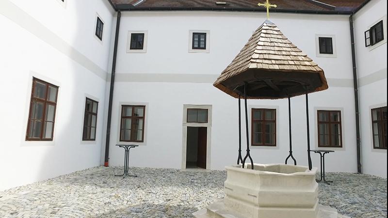 Brunnenhof im Franziskanerkloster Frauenkirchen