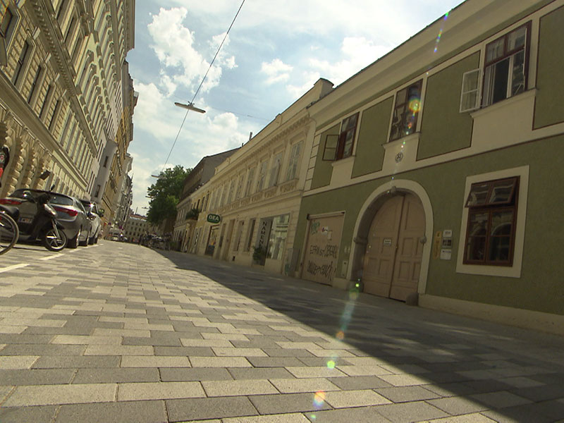 Kaum Schatten auf der neuen Begegnungszone in der Lange Gasse in der Josefstadt