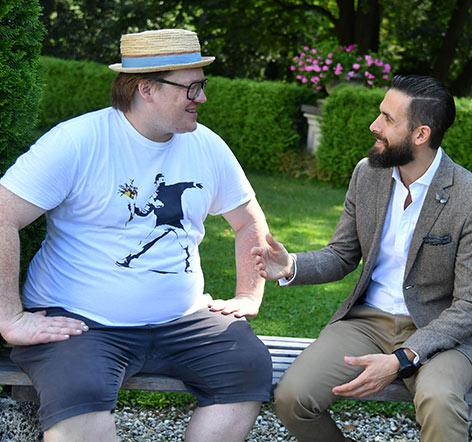 Christoph Franken (links) und Daniel Szelenyi (General Manager im Hotel Schloss Leopoldskron) im Park des Schlosses