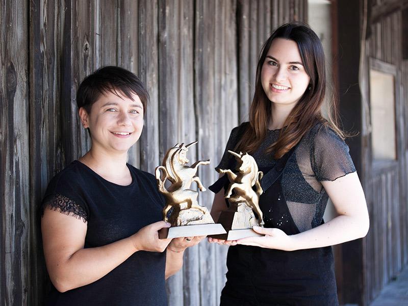 Moderatorin Ina Obernosterer und Festivalintendantin Manuela Mylonas (r.) von der Alpinale mit dem Goldenen Einhorn.