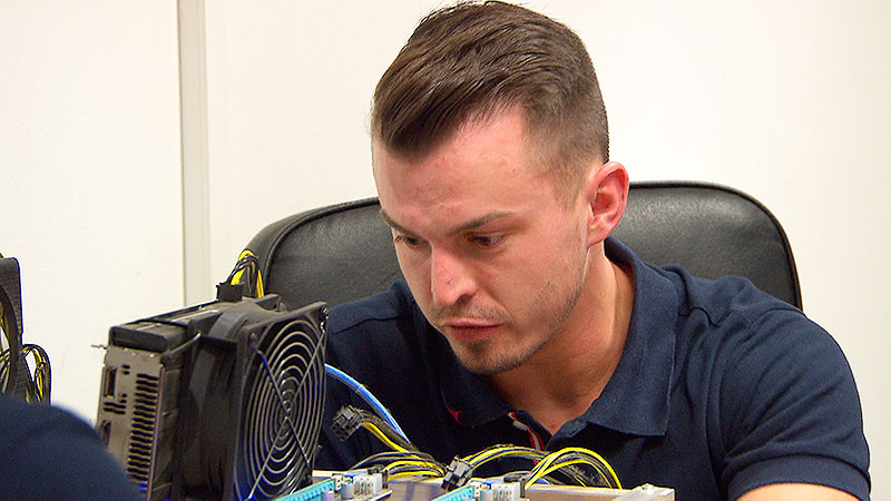 PC Computer IT Lüftung Ventilator Krypto Mining Crypto Internet Kabel Hardware Festplatte Grafikkarte Digital virtuell