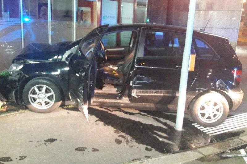 Auto kaputt Mauer