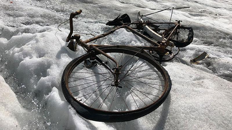 Ausgeapertes Fahrrad am Rotmoosjoch