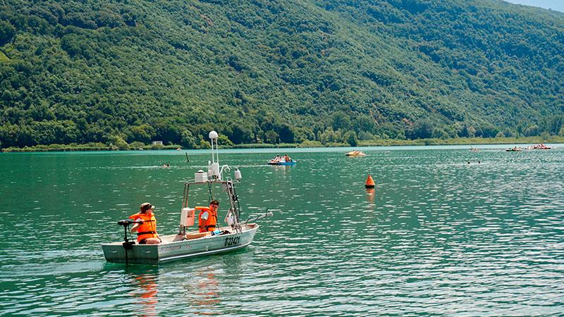 Forscherteam mit Messungsboot in einem Alpensee