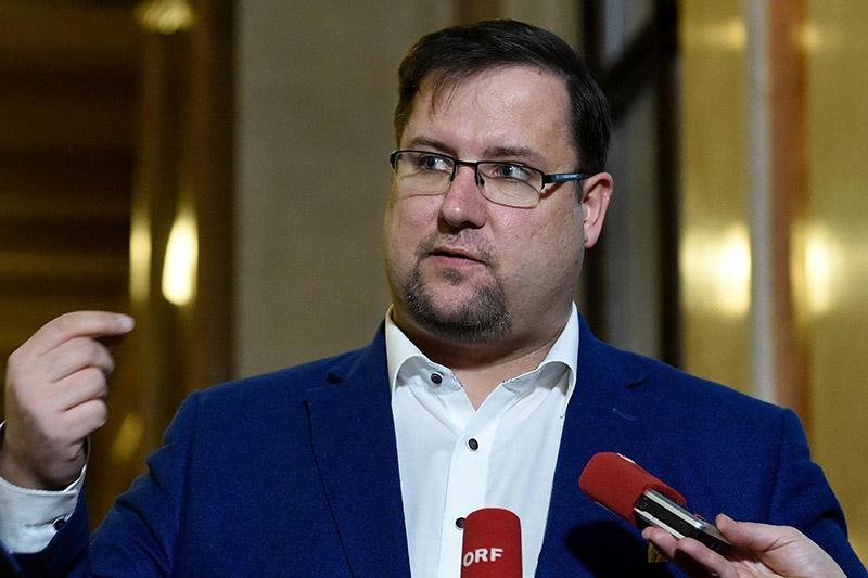 Hafenecker Portraitbild mit Mikrofon