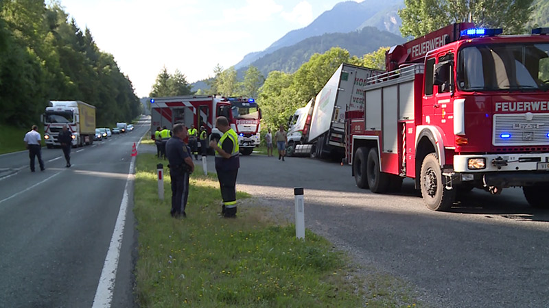 B100 Lkw umgedreht fast in Drau gestürzt