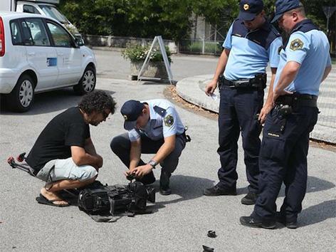 Napad Nova Gorica novinarka snemalna ekipa trg Evrope policija  avtomobil