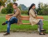 Mann und Frau sitzen auf Bank