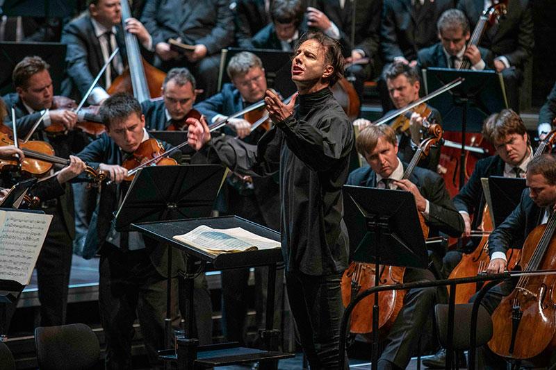 Teodor Currentzis am Dirigentenpult bei Konzert