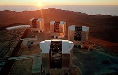 Übersichtsbild des derzeitigen Flaggschiffs der Europäischen Südsternwarte (ESO), das Very Large Telescope (VLT) auf dem Cerro Paranal in der chilenischen Atacama-Wüste.