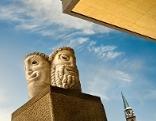 Masken vor dem Salzburger Festspielhaus von schräg unten gesehen