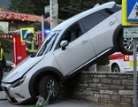 Auto nach Absturz über Parkplatzmauer in Salzburg Parsch