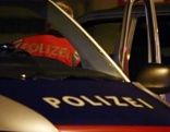 Polizeiauto mit Polizeieinsatzleiter in der Nacht