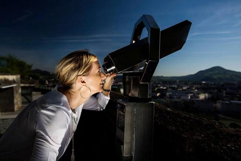 Sternderlguckerin Daniela Hruschka beim Blick in die Sterne