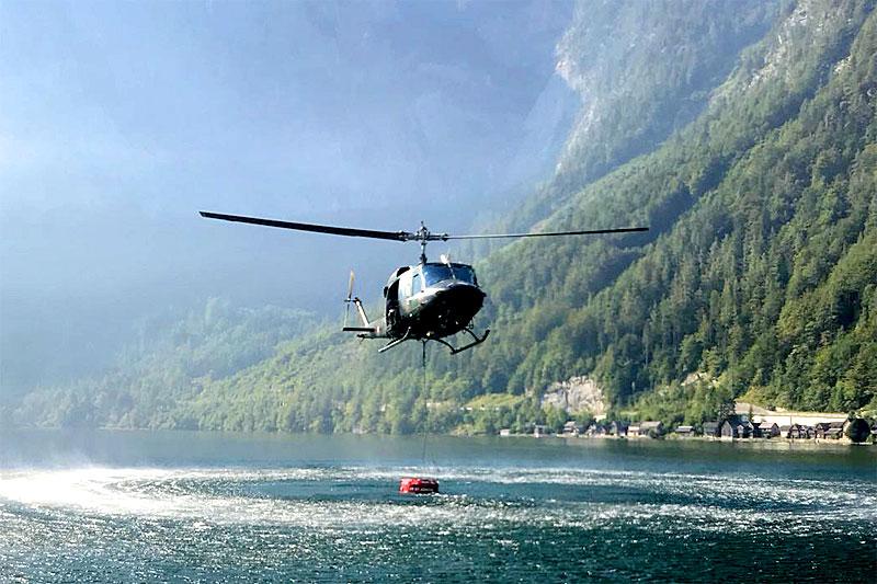 Hubschrauber holt Löschwasser aus dem Hallstättersee