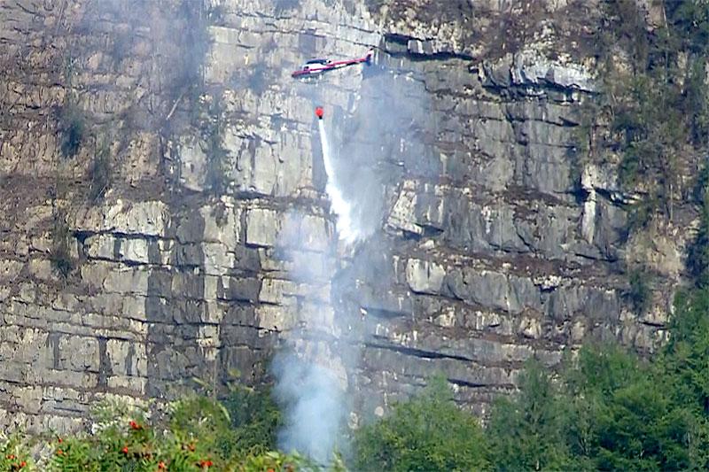 Hubschrauber löscht Brand über Hallstatt
