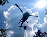 Löscharbeiten mit Hubschrauber