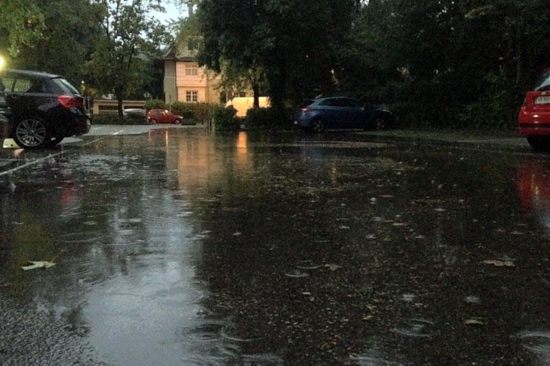 Überschwemmter Parkplatz nach Regen