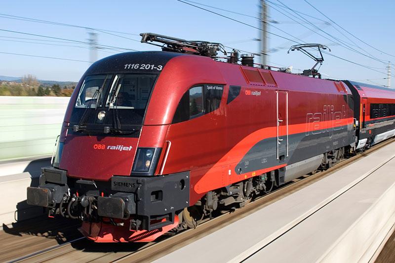 ÖBB Railjet in Fahrt auf der Bahnstrecke von außen