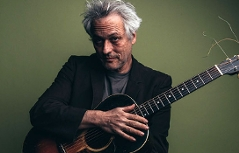 Marc Ribot mit akustischer Gitarre