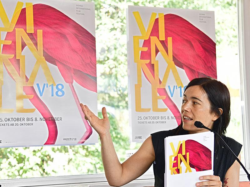 Eva Sangiorgi vor Flamingo-Plakat