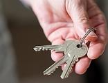Wohnungsschlüssel in der Hand